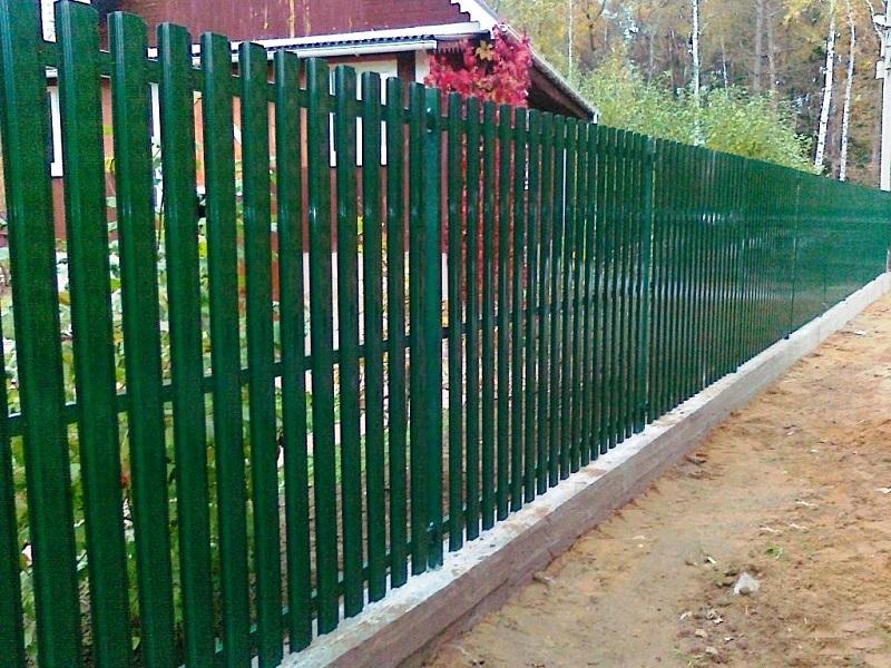 зеленый металлический штакетник